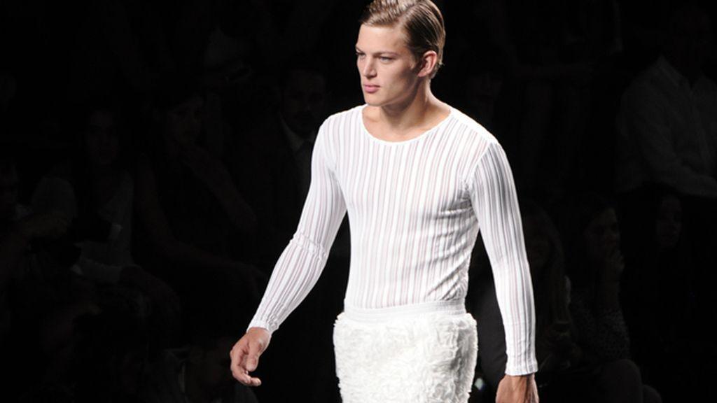 El modelo Sebastian Sauve fue la cara protagonista del desfile.