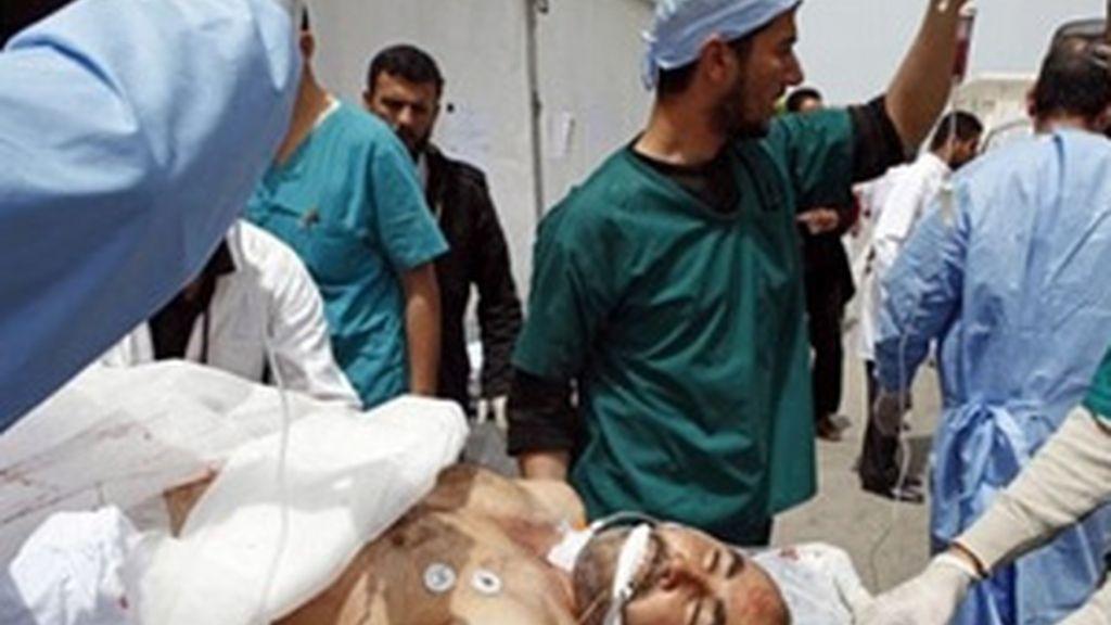 Los médicos trasladan a un herido al hospital de Hikma, en Misrata. Foto: AP