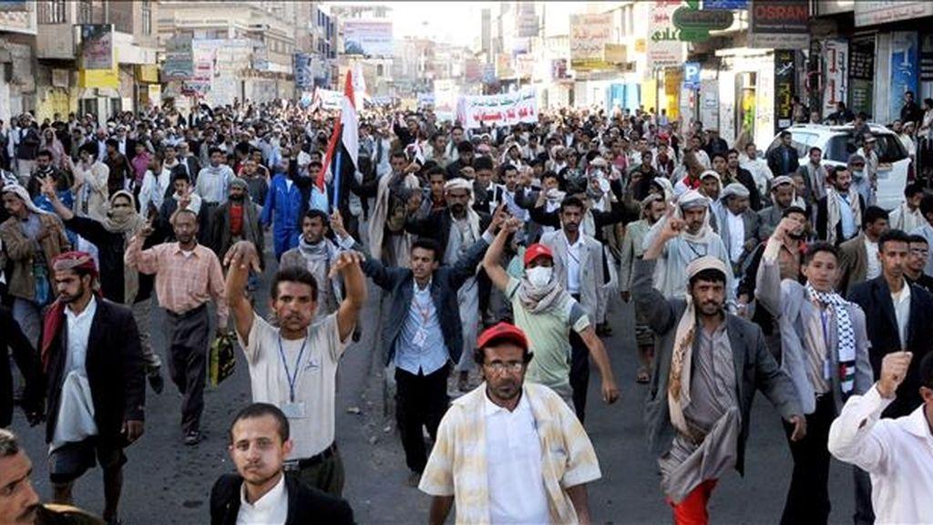Manifestantes yemeníes durante una protesta ayer en Saná, Yemen. EFE