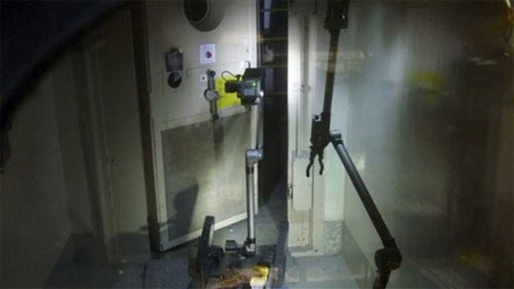 Un robot teledirigido abre una de las puertas de la central de Fukusima. Foto: AP/TEPCO.