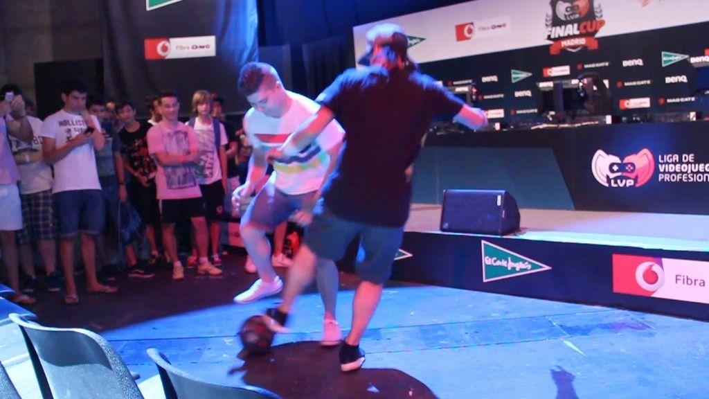 El campeón del mundo de fútbol freestyle vacila a los asistentes a Gamergy