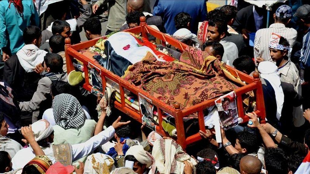 Manifestantes antigubernamentales cargan con el cadaver de un compañero durante una protesta contra el gobierno del presidente Ali Abdalá Saleh, en Saná, Yemen. EFE