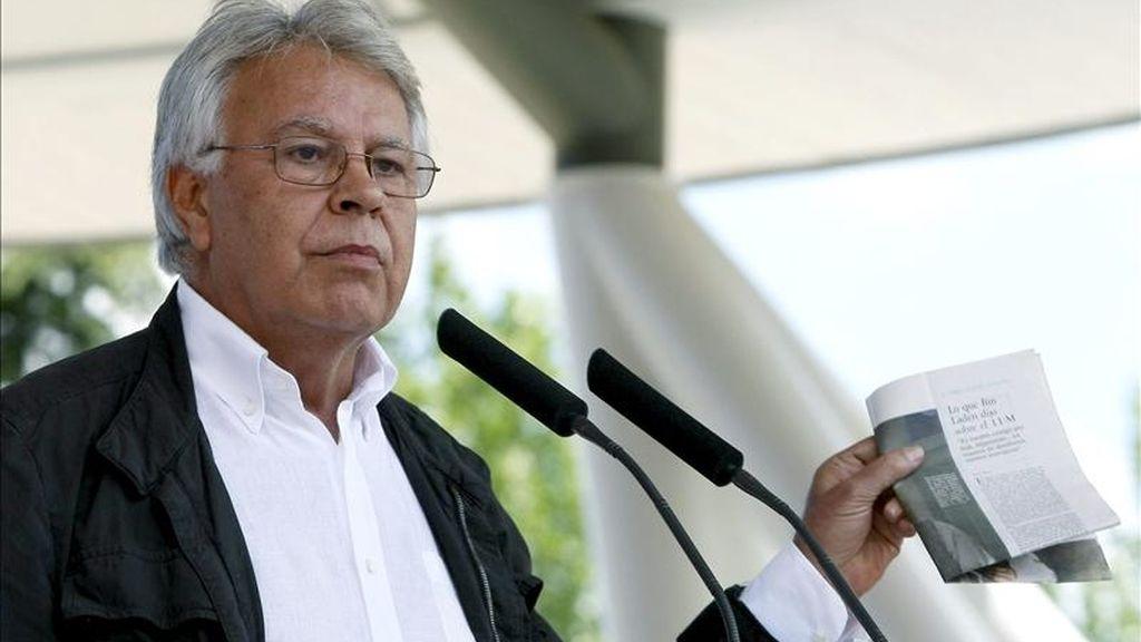 El expresidente del Gobierno, Felipe González, sostiene un recorte de periódico durante su intervención el acto electoral que han celebrado los socialistas madrileños hoy en la capital. EFE