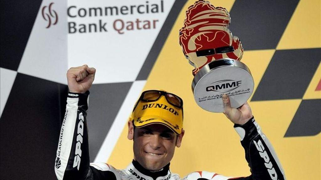 El piloto alemán de Aprila 125 cc Sandro Cortese, celebra en el podio el segundo lugar de la categoría el 20 de marzo de 2011, después del Gran Premio de Catar de MotoGP disputado en el circuito internacional de Losail, en Doha (Catar). EFE/Archivo