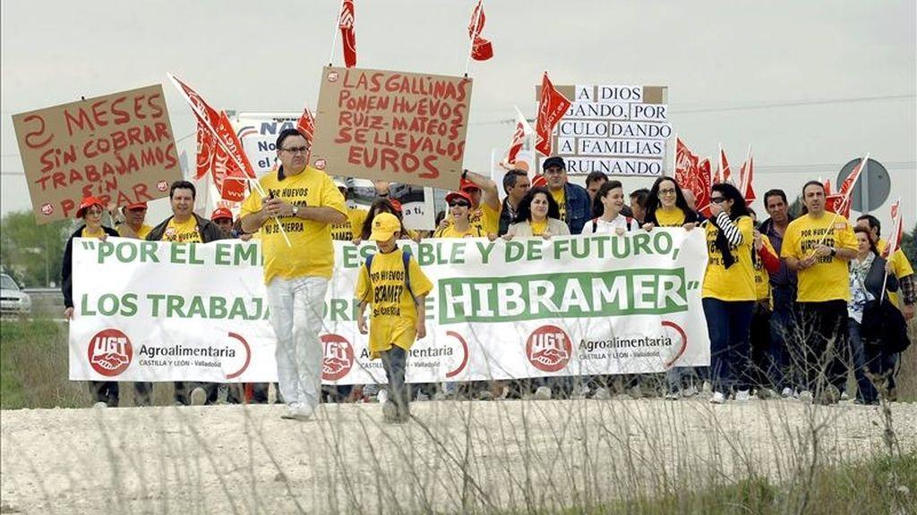 """Los trabajadores de Hibramer de la localidad vallisoletana de Aldeamayor de San Martín, durante la marcha reivindicativa que han realizado esta mañana bajo el lema """"Por huevos, Hibramer no se cierra"""", en defensa de su actividad, ante la crisis del Grupo Nueva Rumasa. EFE"""
