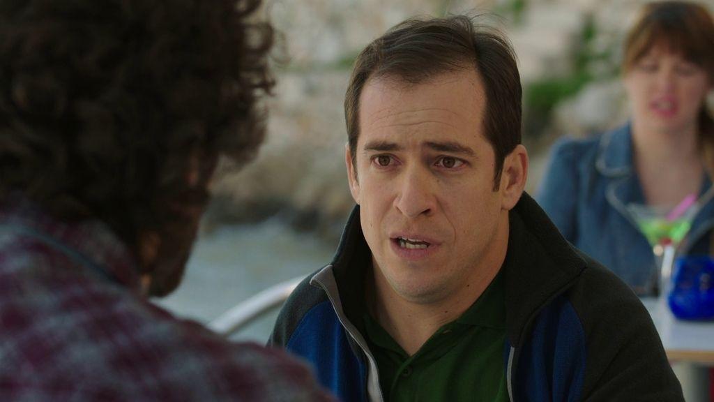 Vicente trata de impedir que Chimo time a Laura y le da todo su dinero