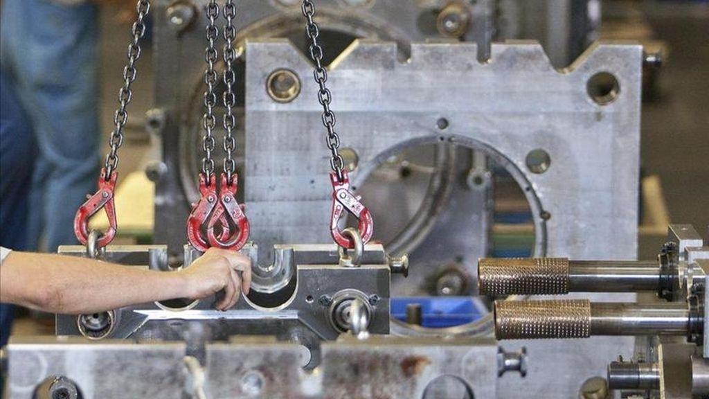 Empleados de una fábrica de automóviles. EFE/Archivo