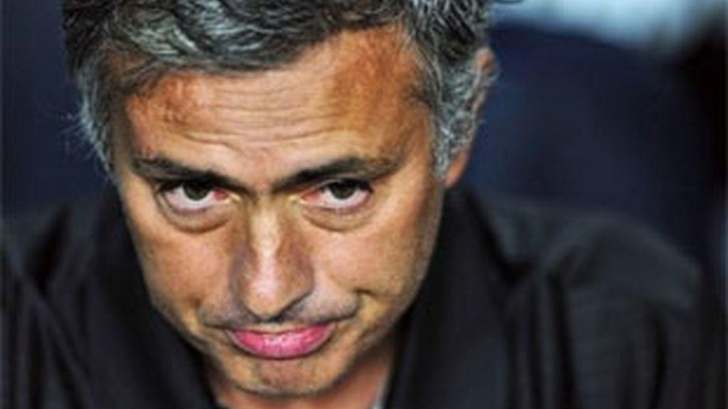 Mourinho, durante el partido en el Camp Nou. Foto: AP.