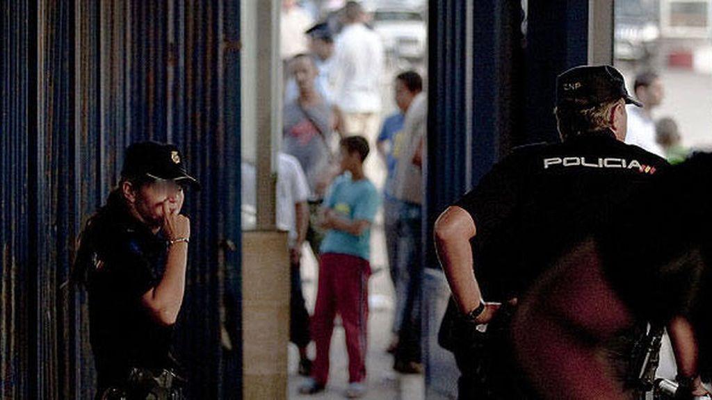 Dos agentes de policía en un paso fronterizo entre España y Marruecos