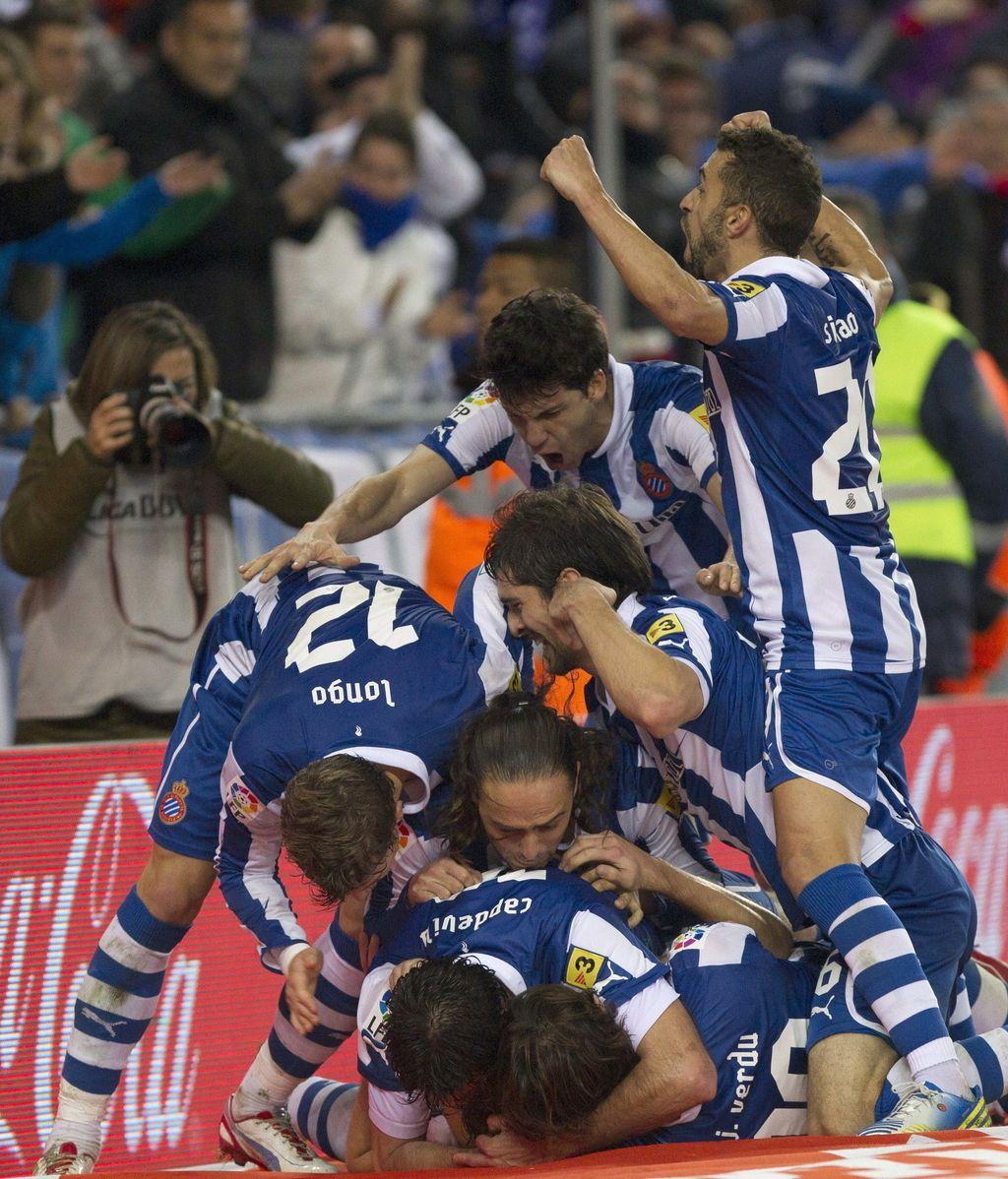 Los jugadores del Espanyol celebran el tercer gol del equipo españolista, durante el encuentro correspondiente a la jornada 20 de primera división, que han disputado esta noche frente al Real Mallorca