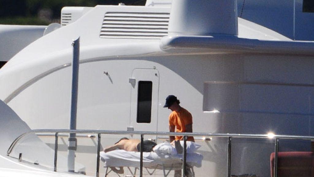 Michael Douglas se relaja con un masaje a bordo de su magnífico yate en San Tropez