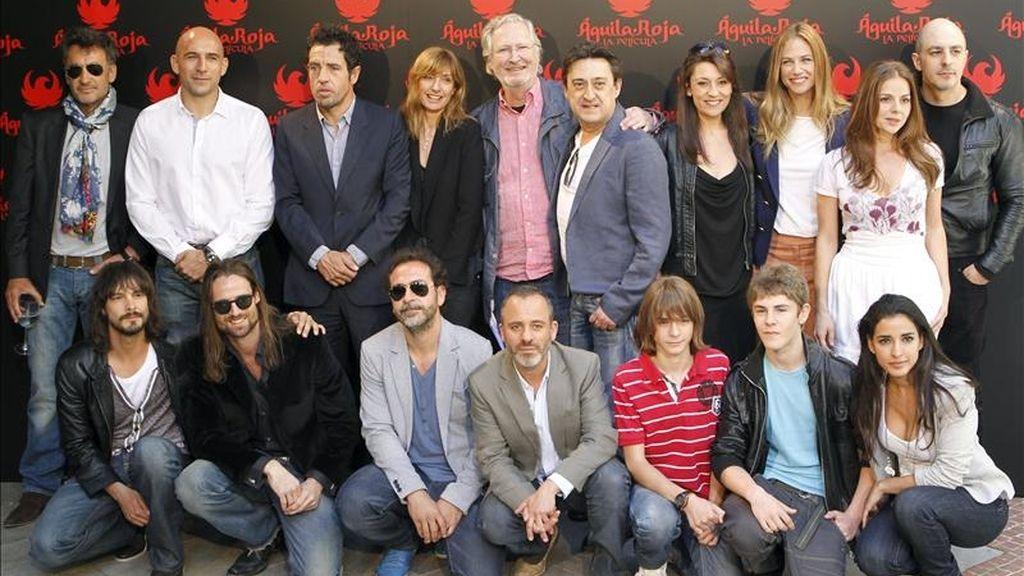 """Ramón Ayerra (de pie-2i), director de la película """"Aguila roja"""", homónima de la exitosa serie de televisión, posa junto al productor Daniel Ecija (de pie-3i), y el elenco de actores durante la presentación hoy en Madrid. EFE"""