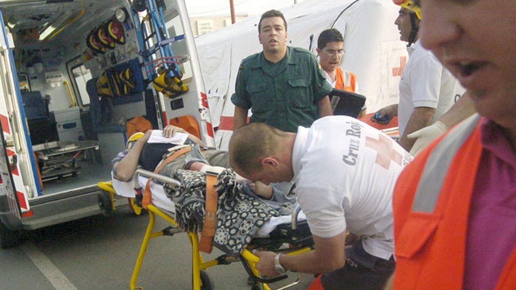 La Cruz Roja se lleva en camilla a un herido en Lorca tras el terremoto de 5,2 grados que ha sacudido la región de Murcia