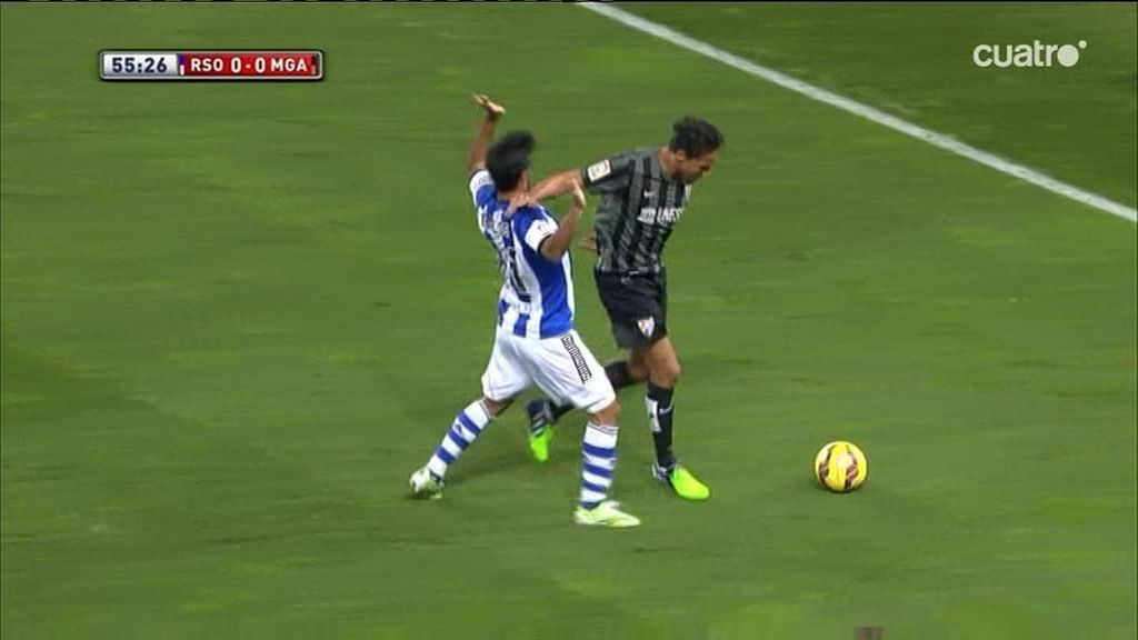 ¡Weligton le da un codazo a Vela pero el árbitro le perdona la expulsión!