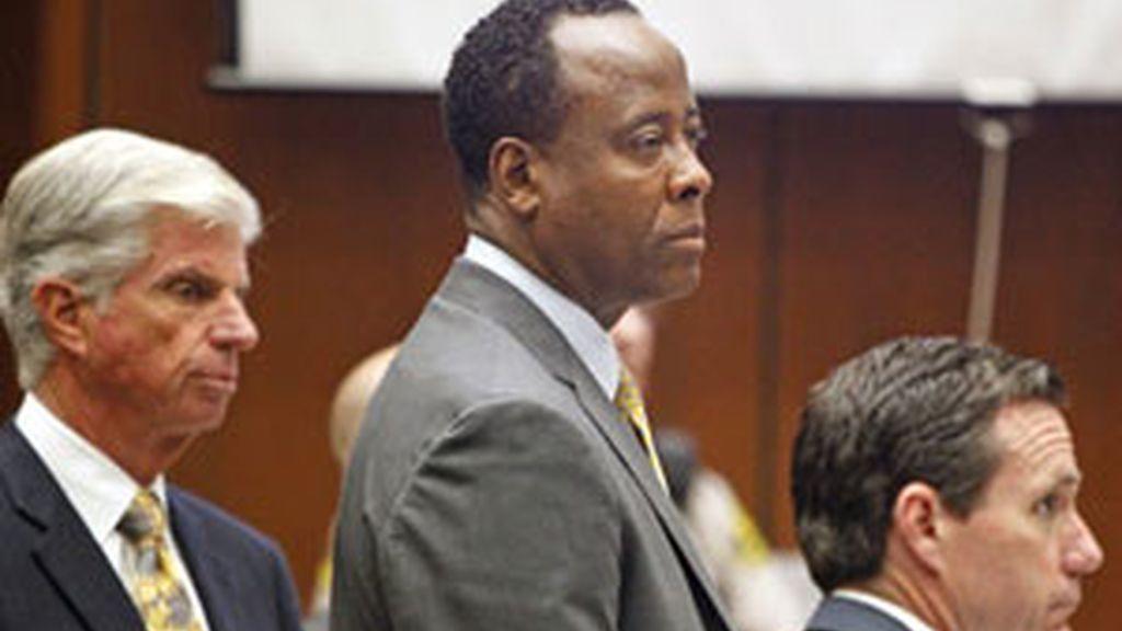 Conrad Murray, en el centro, en un momento del juicio. Foto: EFE