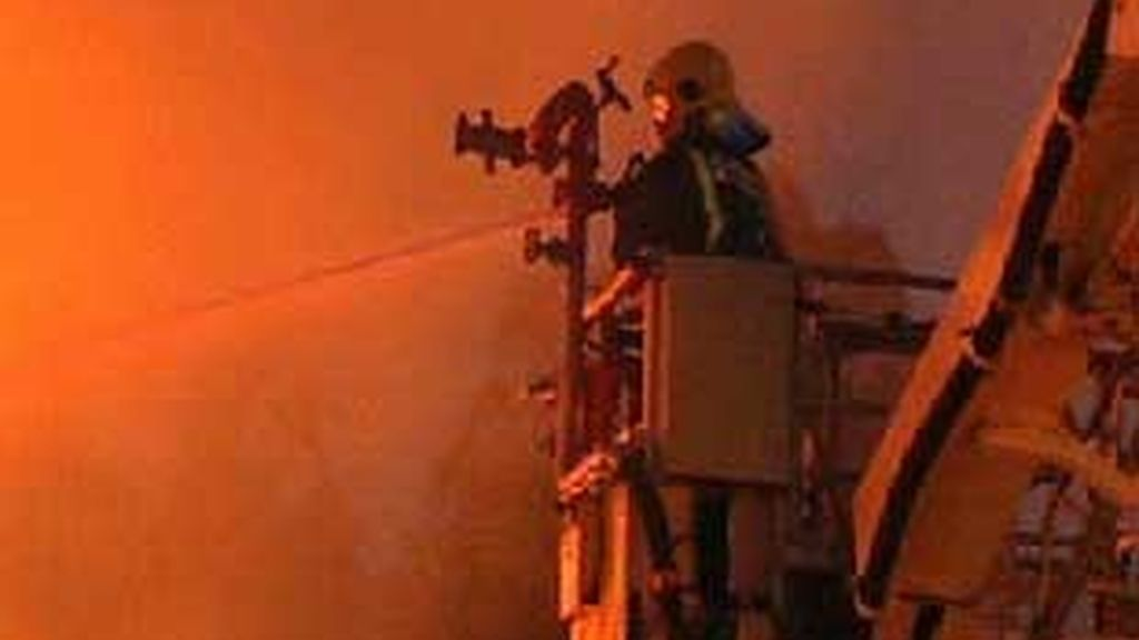 Un bombero trata de reducir el fuego en Pontevedra. Foto: Atlas