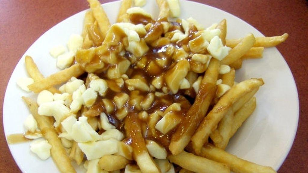 patatas fritas con requesón y salsas