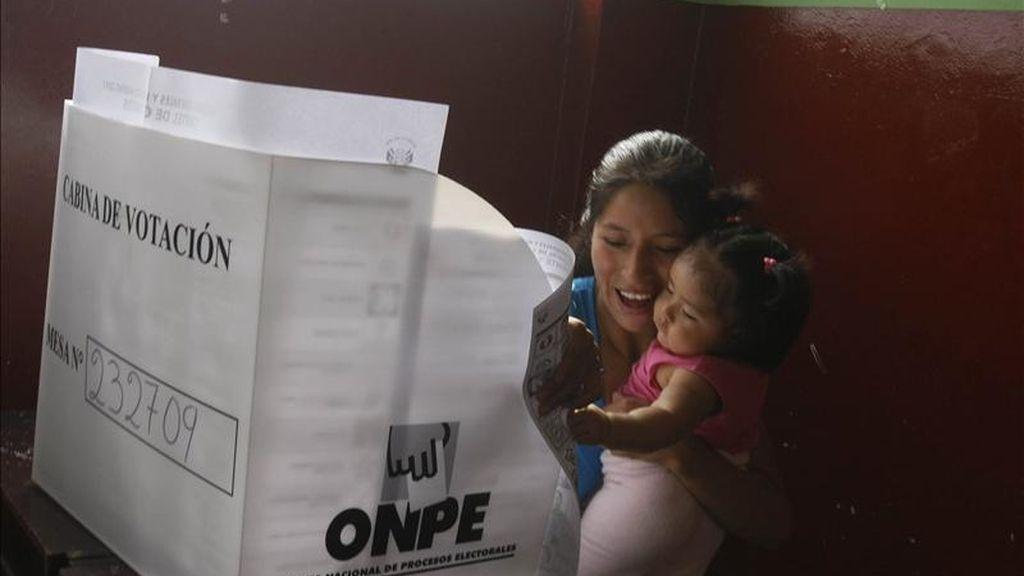 Una ciudadana peruana acude a votar el pasado 10 de abril de 2011, en Lima. EFE