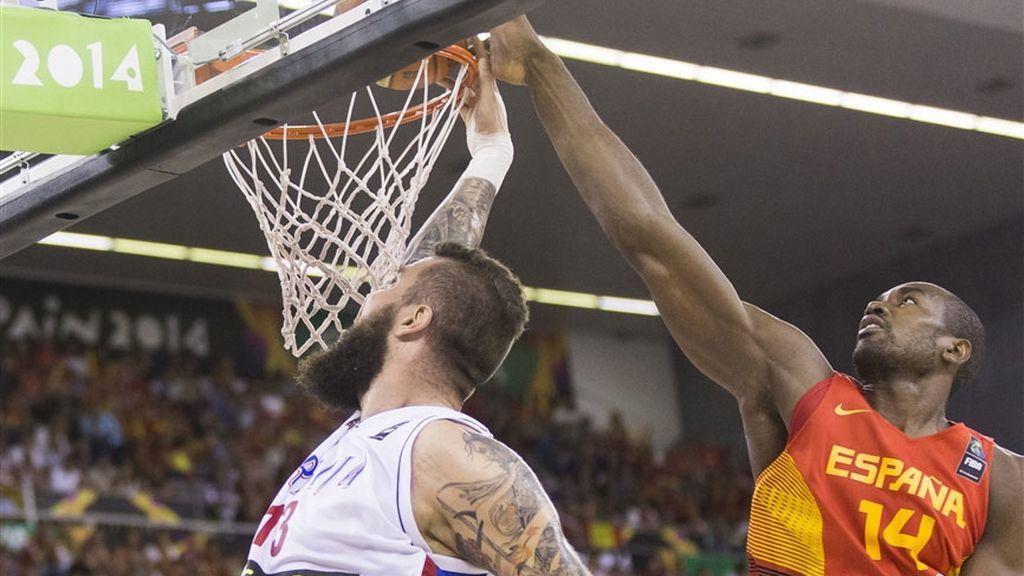 Ibaka sigue haciendo de las suyas en el partido más rocoso de España