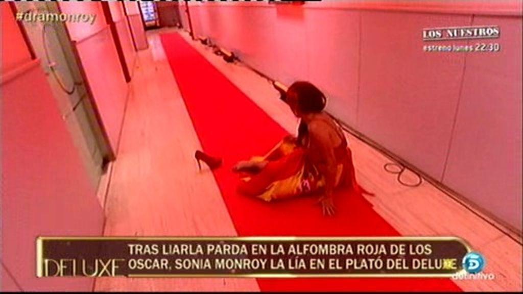 La caída de Sonia Monroy en su paseo por la alfombra roja del 'Deluxe'