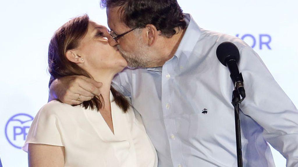 Beso con sabor a victoria de Rajoy a su mujer