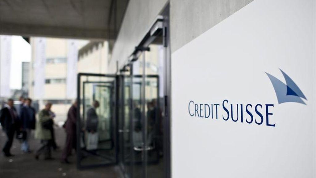 En la imagen, varios accionistas a su llegada al Hallenstadion para asister a la junta general de accionistas del banco suizo Credit Suisse en Zúrich (Suiza). EFE/Archivo