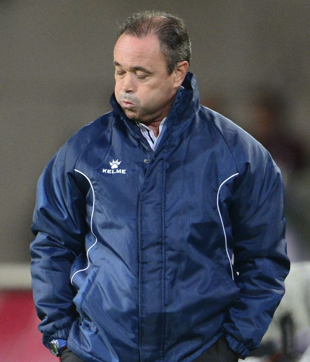 El entrenador del Levante, Juan Ignacio Martínez, gesticula durante el partido del grupo L de la Liga Europa que su equipo disputó contra el Hannover 96