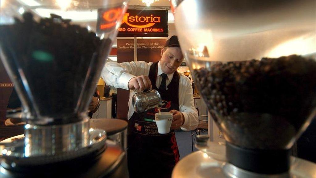 En la imagen, un camarero preparando una taza de café. EFE/Archivo