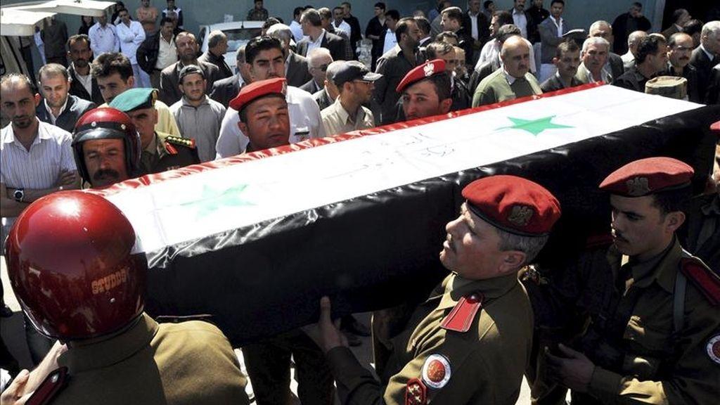 Imagen facilitada por la agencia oficial siria de noticias SANA muestra la procesión el pasado domingo del funeral del oficial del ejército Nihad Dayoub. EFE