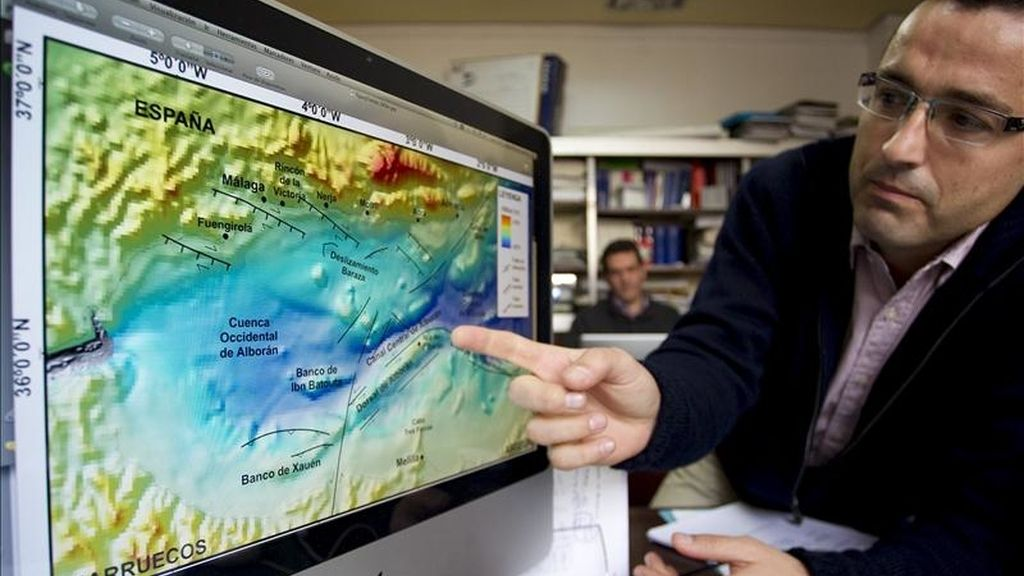 En la imagen, Jorge Macías, investigador de EDANYA de la Universidad de Málaga (UMA), nos enseña una simulación por ordenador con los efectos de un tsunami generado en mitad del Mar de Alborán. EFE