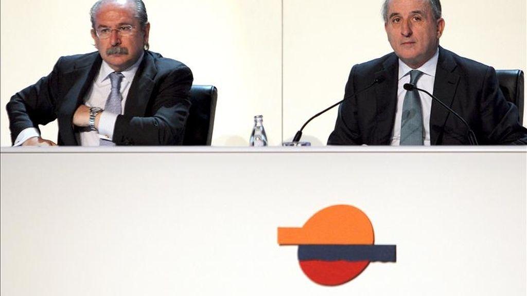 Los presidentes de Repsol, Antonio Brufau (d) y Sacyr Vallehermoso, Luis del Rivero, durante la Junta General Ordinaria de accionistas celebrada el pasado 15 de abril en Madrid. EFE/Archivo