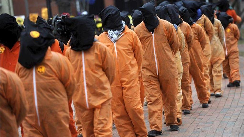 Unos activistas vestidos como presos de Guantánamo, marchan hacia la Casa Blanca en Washington. EFE/Archivo