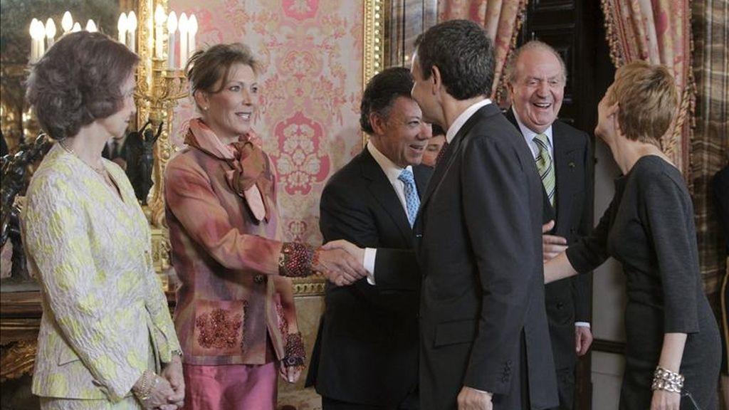 El presidente del Gobierno español, José Luis Rodríguez Zapatero (3d) y su mujer, Sonsoles Espinosa (d), saludan el presidente de Colombia, Juan Manuel Santos (3i), y a su esposa, María Clemencia Rodríguez de Santos (2i) en presencia del rey Juan Carlos y la reina Sofía durante el almuerzo ofrecido este mediodía por los Reyes en el Palacio Real en honor del presidente colombiano y su esposa, que hoy comenzaron su primera visita oficial a España. EFE