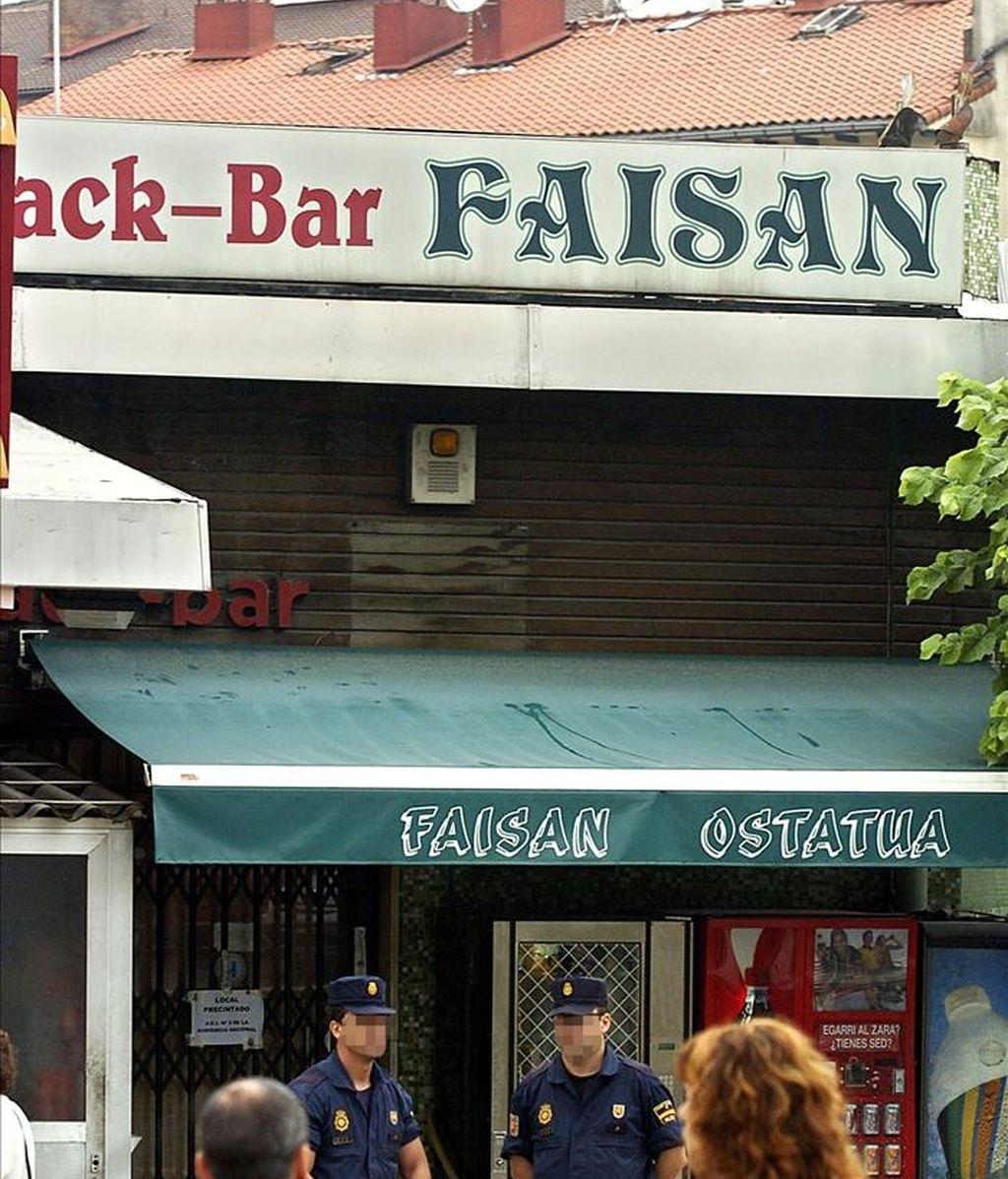 Agentes de la Policía Nacional custodian la entrada del bar Faisán, en las inmediaciones de la frontera de Irún (Guipúzcoa). EFE/Archivo