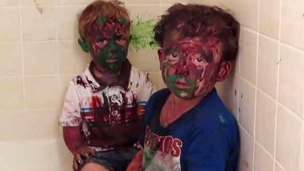 Regañina viral de un padre a sus hijos por bañarse en pintura mientras jugaban