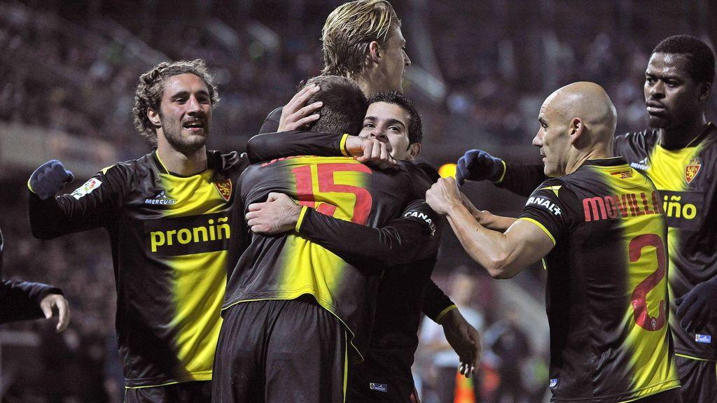 El centrocampista del Real Zaragoza José Mari Martín (de espaldas) celebra con sus compañeros el gol que ha marcado al Granada