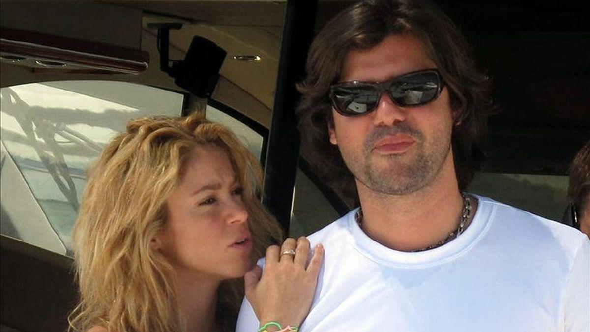 Fotografía de la cantante colombiana Shakira y su ex novio, el argentino Antonio de la Rua, durante sus vacaciones en Ibiza (España). EFE/Archivo