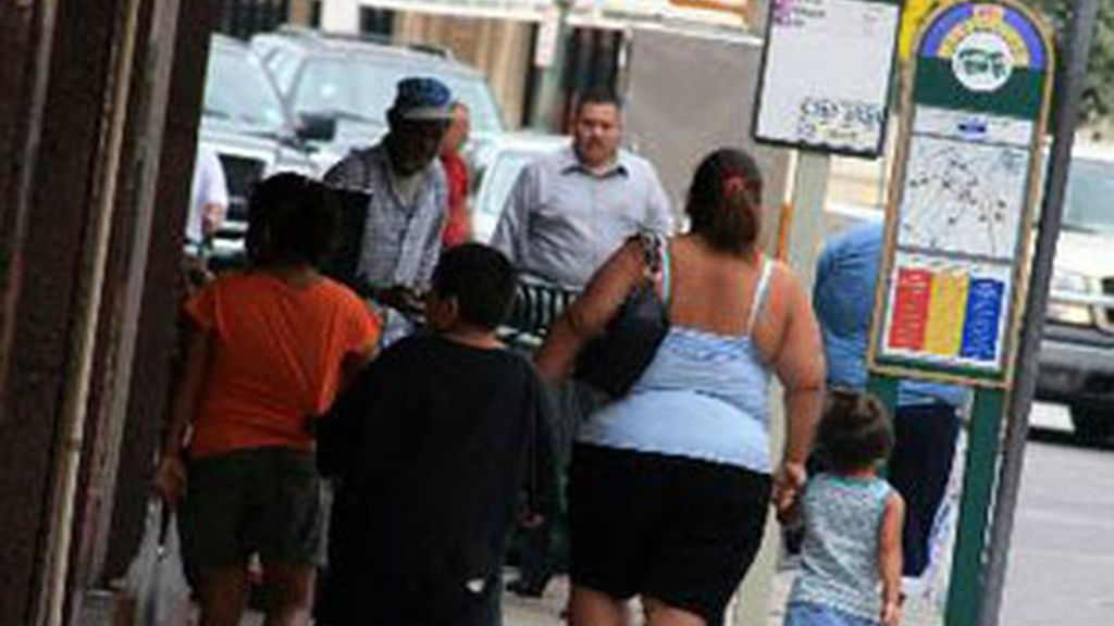 Varias personas con obesidad caminando por la calle. Foto: EFE