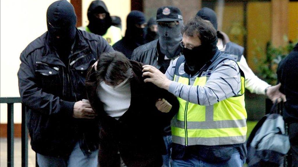 Varios policías se llevan en Bilbao a uno de los cinco miembros de una banda de atracadores, entre ellos al presunto autor material del asesinato de una cajera en Cambrils el 25 de octubre de 2010, que han sido detenidos en una operación que se desarrolla en esta ciudad y en Portugalete (Vizcaya) y Castro Urdiales (Cantabria). EFE
