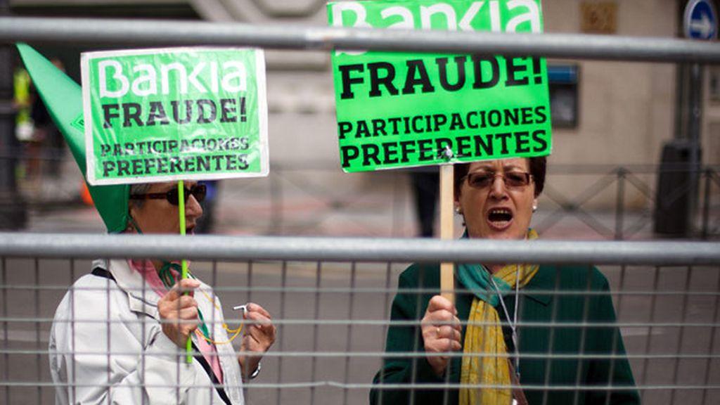 Los afectados por las preferentes de Bankia protestan ante el Congreso