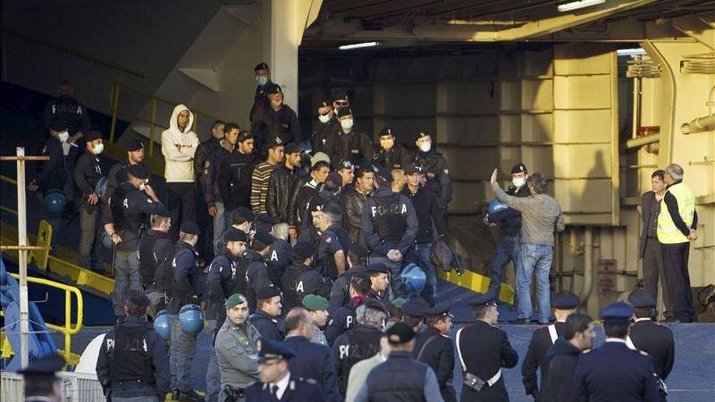 desembarco de refugiados tunecinos en el puerto de Civitavecchia, cerca de Roma (Italia) e 11 de abril de 2011. EFE/Archivo