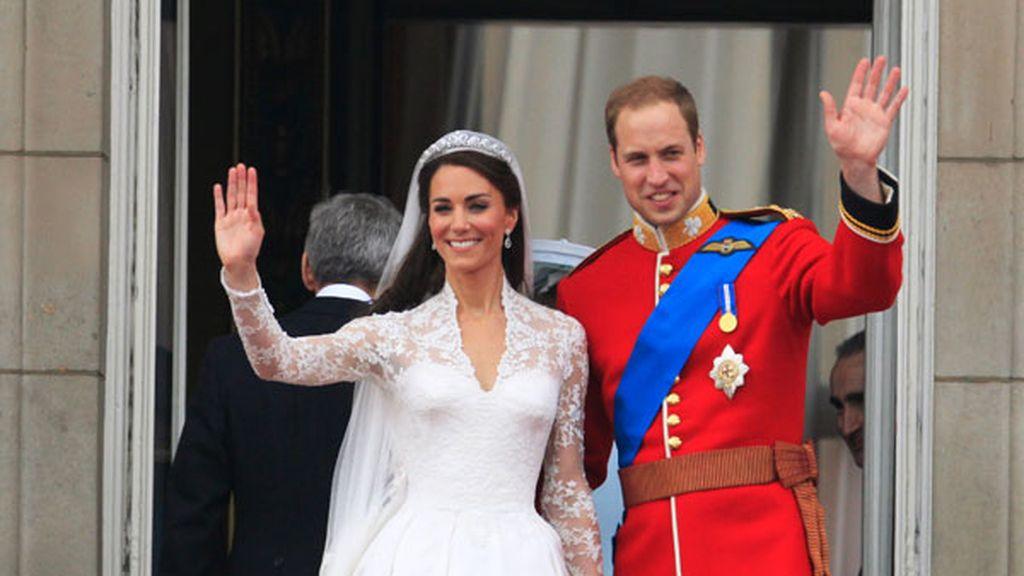 La pareja real saluda desde el balcón de Buckingham Palace