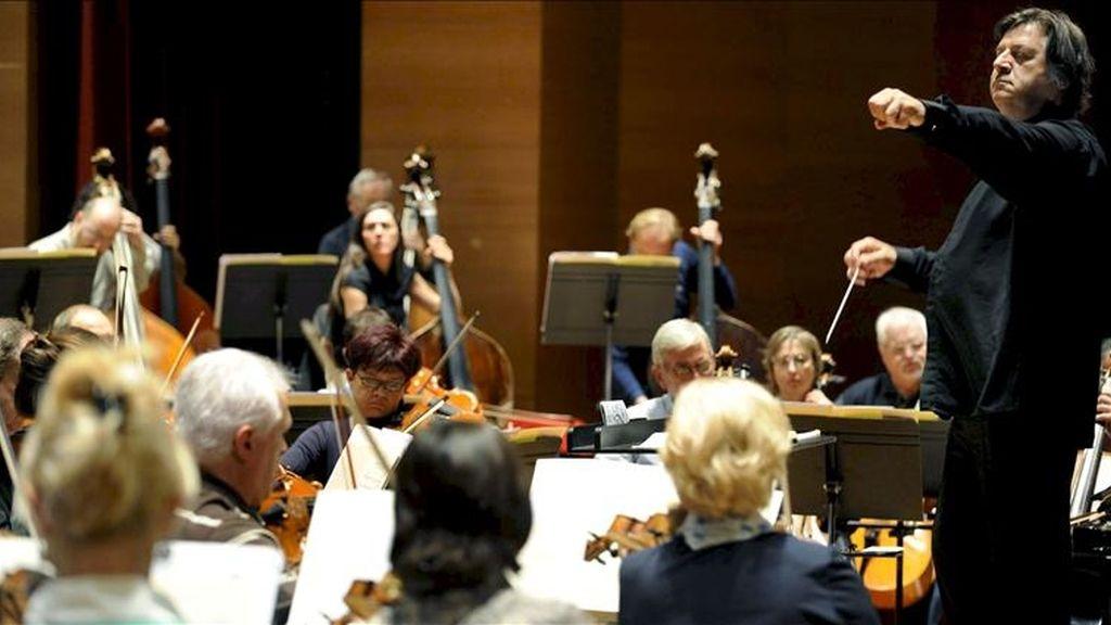 El director Titular de la Orquesta Sinfónica de Bilbao (BOS), Günter Neuhold (d), dirige en el Palacio Euskalduna la orquesta bilbaína. EFE/Archivo
