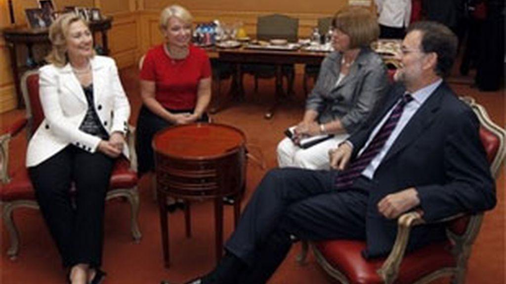 La secretara de Estado, Hillary Cinton, durante su reunión con Mariano Rajoy en la Embajada de EEUU en Madrid. Foto: AP.