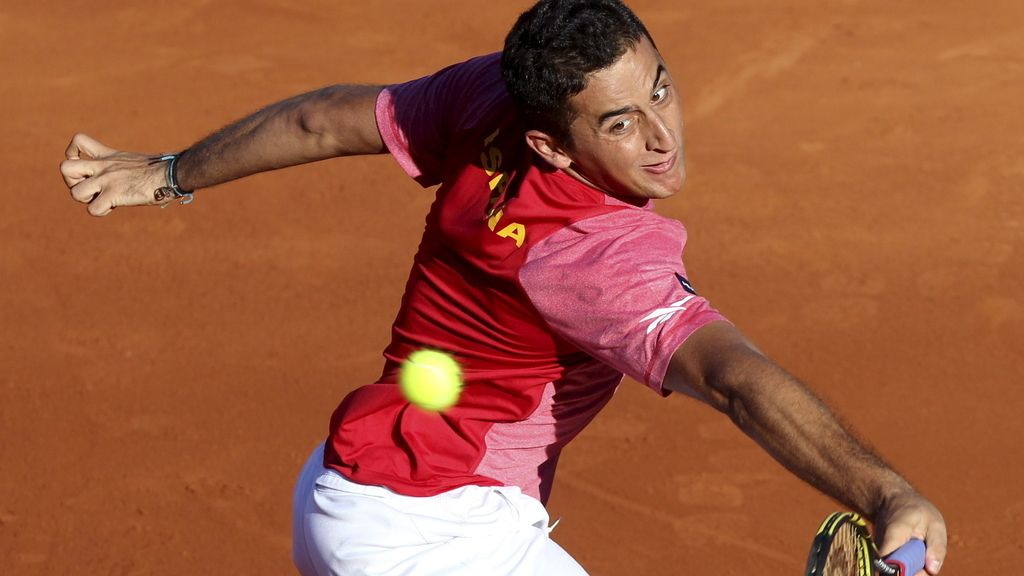 El tenista español Nicolás Almagro en un momento del partido ante el estadounidense John Isler, en el segundo partido de la semifinal de la Copa Davis entre España y Estados Unidos
