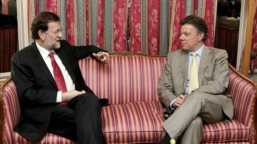 El líder del PP, Mariano Rajoy (i), y el presidente de Colombia, Juan Manuel Santos, con quien se reunió hoy en Madrid dentro de la visita oficial del segundo a España. EFE