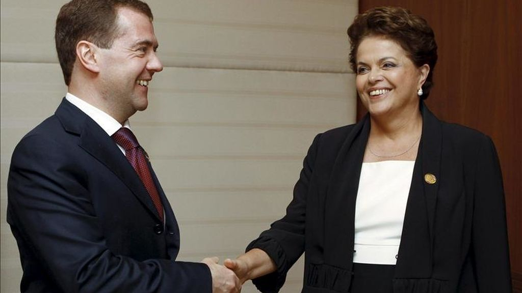 El presidente ruso, Dmitry Medvedev (i), estrecha la mano de la presidenta de Brasil, Dilma Rousseff (d), durante la cumbre del Brics (Brasil, Rusia, India, China y Sudáfrica), celebrada en la isla suroriental de Hainan, China. EFE