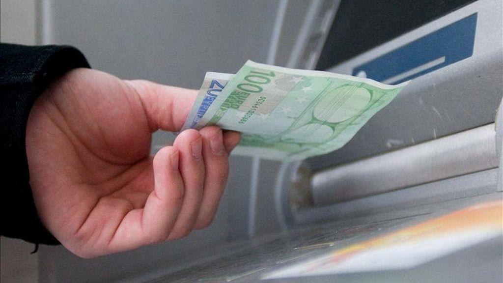 Un hombre saca euros de un cajero automático. EFE/Archivo