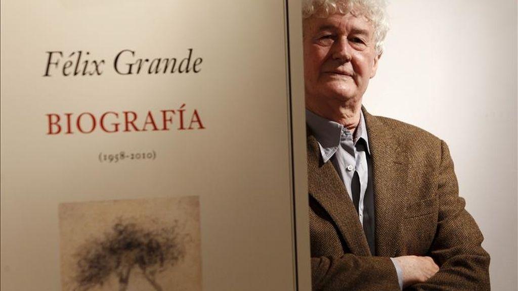 """Félix Grande, considerado como una de las voces poéticas más singulares de la promoción de los """"niños de la guerra"""", ha reunido toda su poesía desde 1958 en el libro """"Biografía"""", una obra que se presenta hoy y que incluye el estremecedor poemario """"La cabellera de la Shoá"""", escrito en 2010. EFE"""