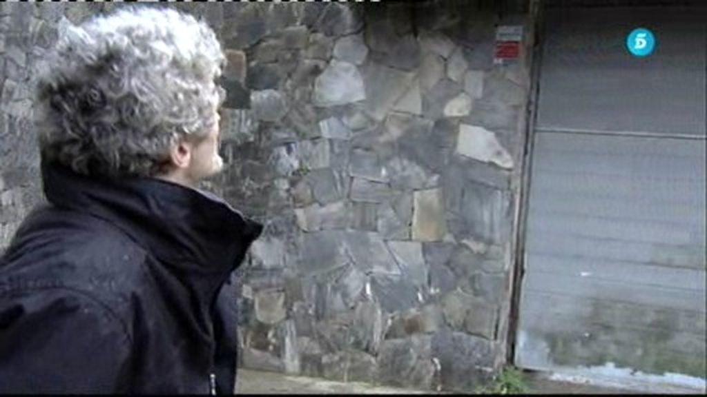Joan Garriga no puede contener la emoción al pasear delante de su casa expropiada
